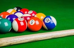 Billardkugeln auf grüner Tabelle mit Billardstock, Snooker, Pool Lizenzfreie Stockbilder