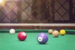 Billardkugeln in einem Billardtisch Stockfoto