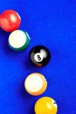 Billardkugeln in einem blauen Billardtisch Stockfoto