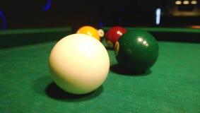 Billardkugeln für Pool sind auf dem Tisch Stockfotografie
