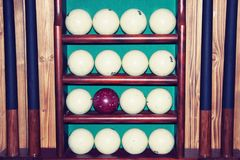 Billardkugeln liegen auf den Regalen, Stichwortspeicher und einem Satz Billard Stockbild