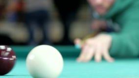 Billardkugelrolle auf der grünen Tabelle stock video footage