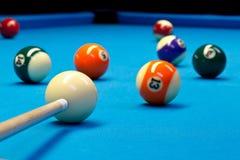 Billardpool eightball, das den Schuss auf Billardtisch nimmt Lizenzfreies Stockfoto