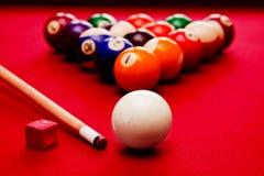 Billards-Poolspiel. Spielball, Stichwortfarbbälle im Dreieck, Kreide Stockbilder