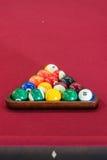 Billardtisch/Bälle stark beansprucht oben auf Rot Lizenzfreie Stockfotografie