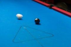 Billardtisch, weißer Ball ungefähr, zum des Schwarzen zu schlagen Lizenzfreies Stockbild