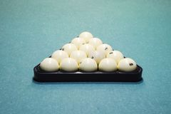 Billares, tabla de billar, bolas en el triángulo Construcción o Imagen de archivo