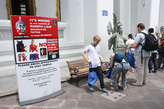 Billboardów wytyczna gdy odwiedzający świątynię fotografia royalty free