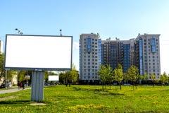 Billboard na tle zielony gazon z dandelions i pięknym domem obrazy royalty free