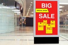 Billboard reklamuje dużą sprzedaż w wielkim sklepie i rabat fotografia royalty free