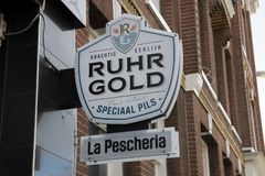 Billboard Ruhr Gold Beer Company a Amsterdam i Paesi Bassi 2019 immagini stock