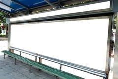 Billboard, sztandar biały przy autobusową przerwą, pusty, zdjęcie stock