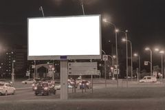Billboard w nocy mieście na krawędzi ulicy target31_1_ zdjęcia royalty free