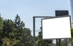 Billboard z biel przestrzeni chmurami i niebieskim niebem Obrazy Stock
