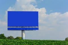 Billboard z pustym błękitnym ekranem obraz stock