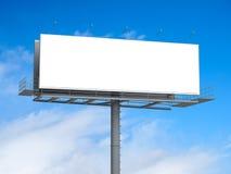 Billboard z pustym ekranem na niebieskim niebie Zdjęcia Stock
