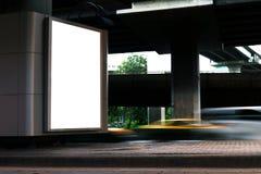Billboardu pudełkowatego pustego miejsca lekki światło białe podpisuje pod autostrada panelem dla szyldowej reklamy na drodze, bi Fotografia Stock
