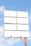 Billboardy reklamować twój zwierzęcia domowego i tam są pięć rodzajami rozmiar pusta deska z niebieskiego nieba tłem Obrazy Royalty Free