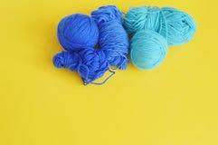 Bille bleue d'amorçage de laine Fond jaune La vue à partir du dessus Images stock