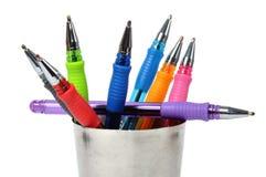 Bille-crayon lecteur coloré dans la cuvette en acier Photo stock