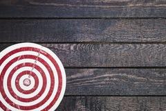 Bille 3d différente Panneau de dard sur la table en bois foncée Images libres de droits