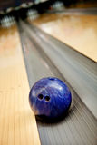 Bille de bowling allant sur le canal Photo libre de droits