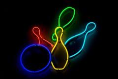 Bille de bowling frappant le signe au néon de skittles Photo libre de droits