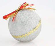 bille de décorations de Noël-arbre d'isolement sur le blanc Photographie stock libre de droits