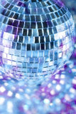 Bille de disco dans la lumière bleue Image libre de droits