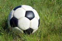 Bille de football dans l'herbe Image stock
