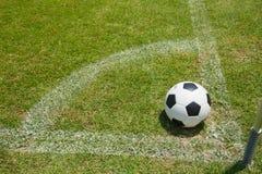 Bille de football dans le but Photographie stock