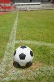 Bille de football dans le but photo libre de droits