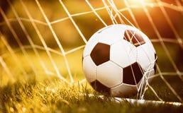 Bille de football dans le but Images stock