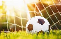 Bille de football dans le but Photo stock