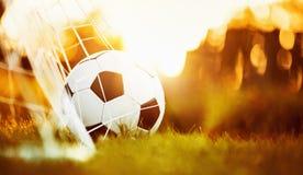 Bille de football dans le but Photos stock