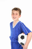 Bille de football heureuse de fixation de garçon Photographie stock libre de droits