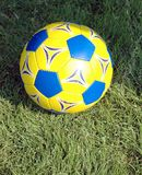 Bille de football jaune et bleue Photographie stock