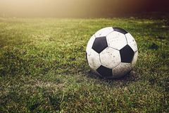 Bille de football sur l'herbe Photo stock