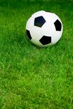 Bille de football sur l'herbe Photos stock