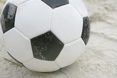 Bille de football sur la plage photo libre de droits