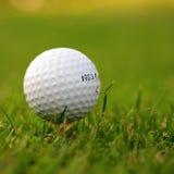 Bille de golf dans l'herbe Photos stock