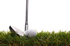Bille de golf dans l'herbe grande avec du fer 7 Photos stock