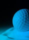 Bille de golf dans le bleu image libre de droits