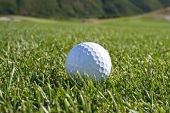 Bille de golf dans le parcours ouvert Photo stock