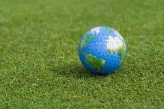 Bille de golf de la terre Images stock