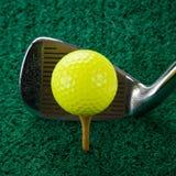 Bille de golf et fer cinq Images libres de droits