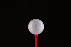 Bille de golf et té rouge images libres de droits