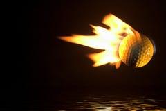 Bille de golf flamboyante au-dessus de l'eau Images libres de droits