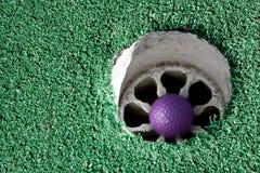 Bille de golf pourprée Images stock