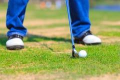 Bille de golf sur l'herbe photos stock